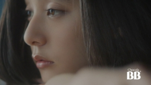 新木優子 エーザイ チョコラBBローヤル2 TVCM「どこ見て?」篇0001