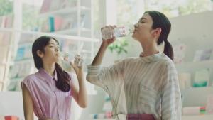 萬波ユカ/コカ・コーラ いろはすライチティー「休憩」篇0011