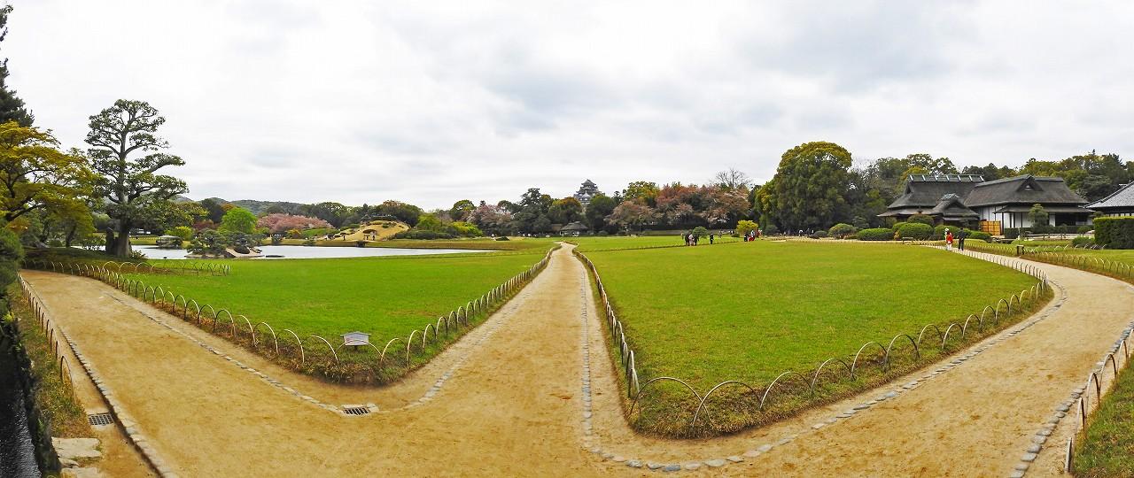 20180405 後楽園今日の園内入口石橋上から眺めた芝の色が緑になったワイド風景 (1)