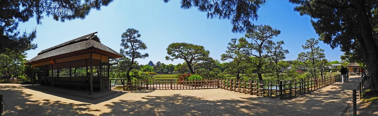 20180429 後楽園今日の観光定番位置の松林側から眺めた沢の池越えに見る園内ワイド風景 (1)