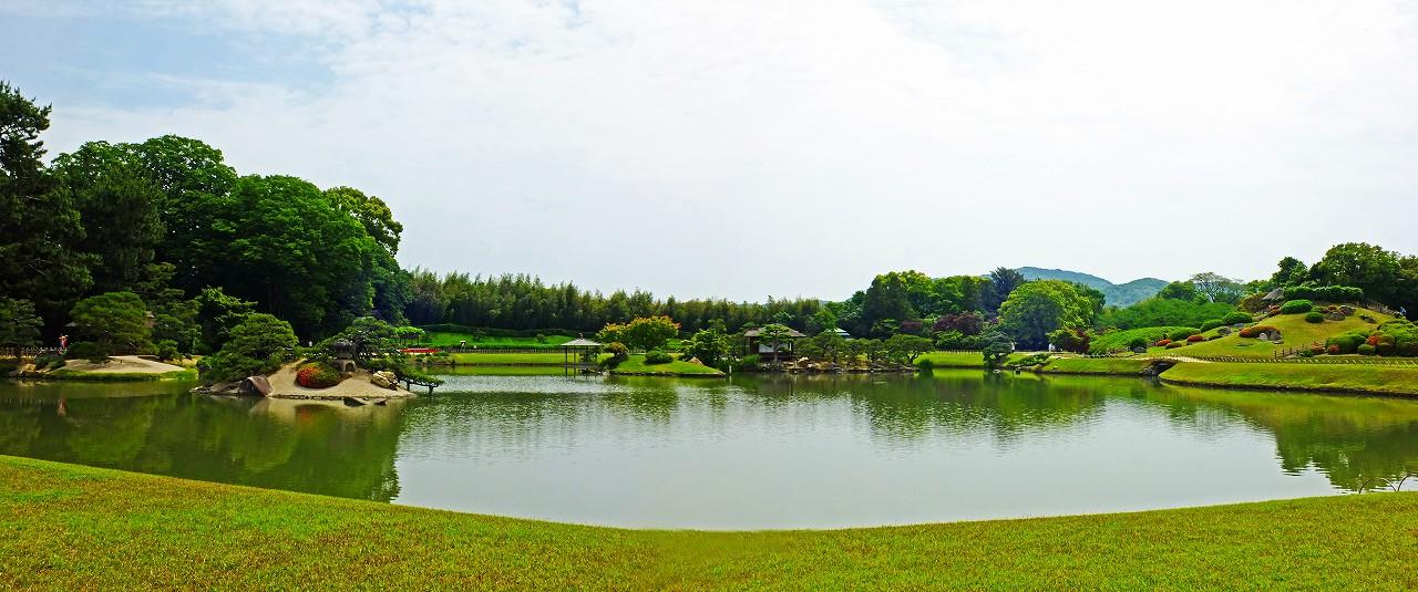 20180516 後楽園今日の沢の池越しに眺めた園内ワイド風景 (1)