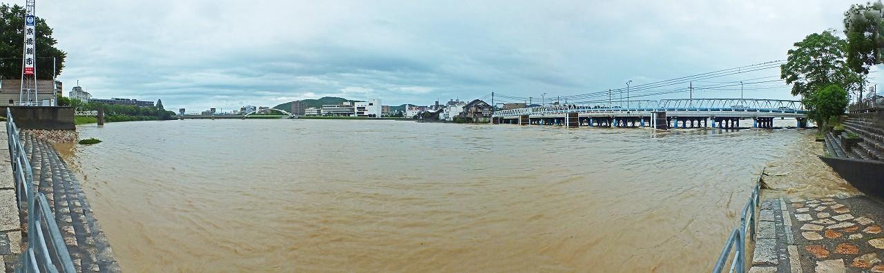 20180707 初の特別警報時の旭川河川敷の水位の様子朝市会場から眺めたワイド風景 (1)