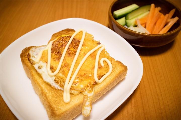 カリカリチーズの目玉焼きトースト