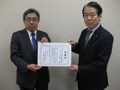 大阪府内で初めて、赤い羽根共同募金「寄付つき商品」に取り組んでいただいた大阪府社会福祉協議会に感謝状をお渡ししました!