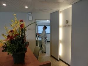 管理室の扉設置中