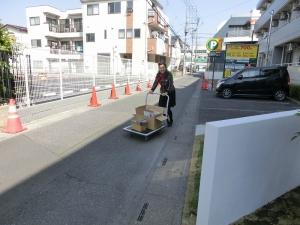 駐車場からの荷物は台車でスロープへ