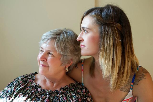 髪の綺麗な女性2人 白髪 グレイヘア―