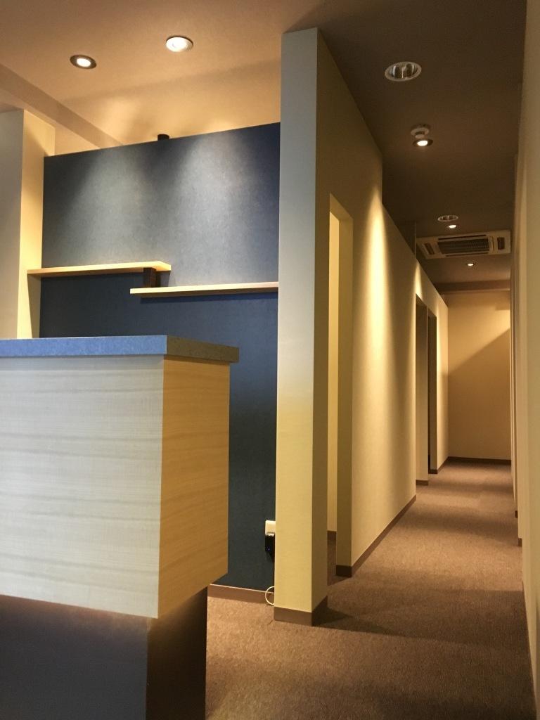 施工後 サロンカウンター横から廊下へ Photos現写店舗赤坂リラク