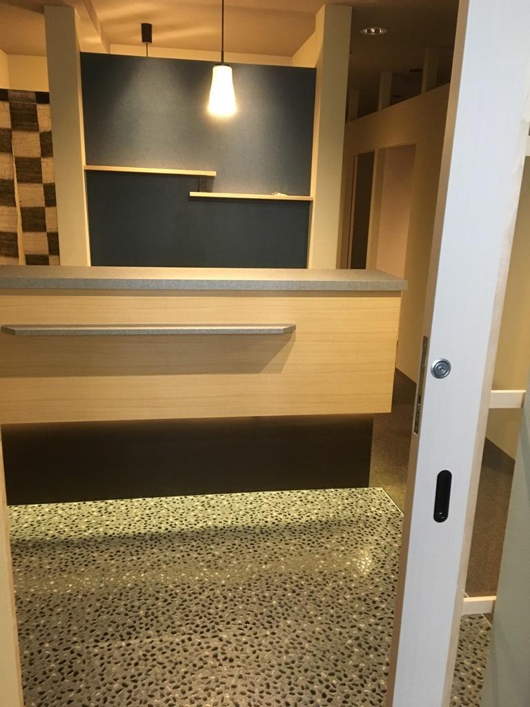 施工後 入り口ドアを開ける Photos現写店舗赤坂リラク