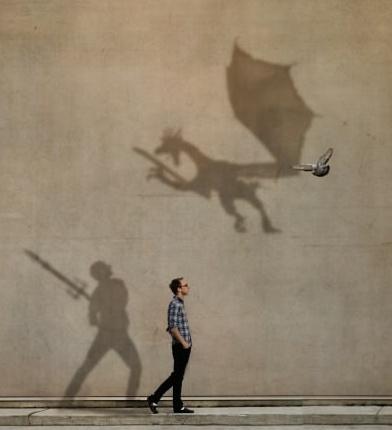鳥を投影したドラゴンに剣で立ち向かう(ジョエル・ロビンソンさんの作品)