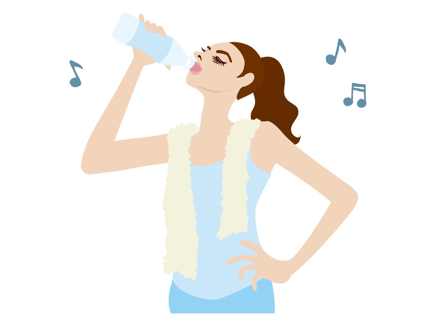 スポーツドリンク 飲む女性