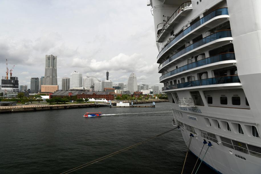 スターンから見る横浜ランドマークタワー&赤レンガ倉庫