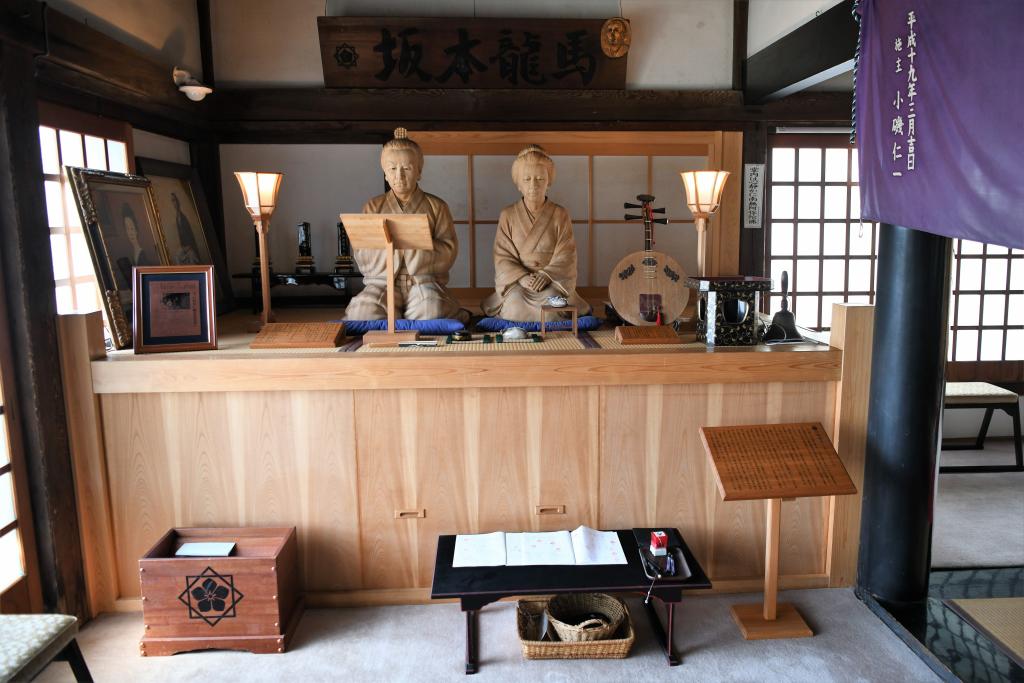 本堂内の坂本龍馬夫妻像