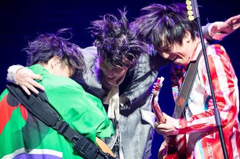 【HINOMARUを擁護するアーティストたち】RADWIMPSの新曲に他のアーティストから擁護の声が次々とあがる