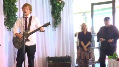 【芸能人サプライズ(海外)】エド・シーランがファンの結婚式でサプライズ!
