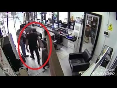 【衝撃!】美容室に強盗・・・銃を奪われてフルボッコ!