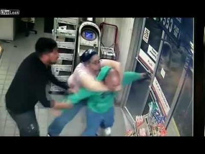 【スゴイ!】万引き男に殴られても捕まえる女性職員がスゴイ!