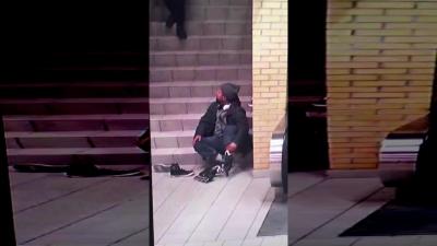 【衝撃!】自閉症の男を3人がいきなり暴行する瞬間映像!(観覧注意)