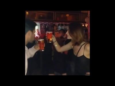 【苦笑】美女とのビール対決で男が倒れた・・・