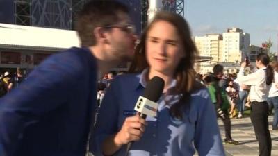 【笑える!】W杯日本vsセネガル戦前のスタジアム外では・・・女性リポーターがキスされそうになり激怒!