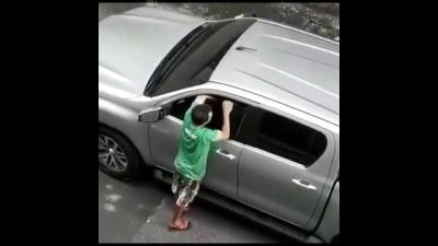 【苦笑】車泥棒が車に捕まった!アホだ!