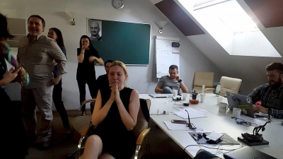 【感動!】殺害されたジャーナリストが生きていると同僚が知った瞬間!