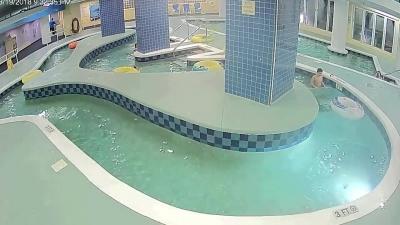 【苦笑】プールの排水溝に引っかかり溺れる子供・・・早く助けろよ!(観覧注意!)
