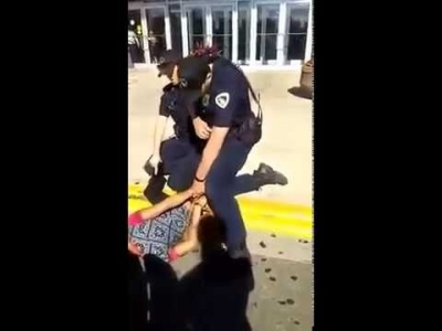 【衝撃!】これさすがにあかんやろっ?警察官が18歳の黒人少女を膝蹴りしまくり!