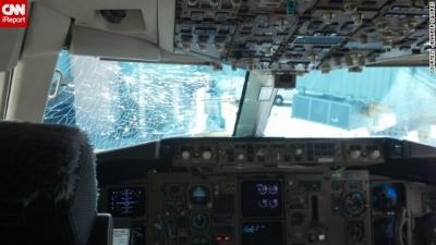 【衝撃!】操縦席の窓がひび割れていく・・・フライト中の出来事です!