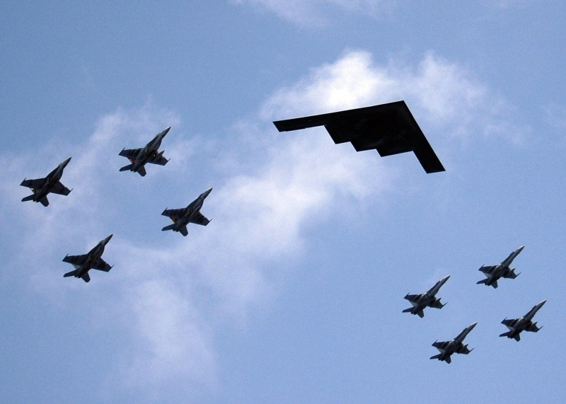 Valiant_Shield_-_B2_Stealth_bomber_from_Missouri_leads_ariel_formation.jpg
