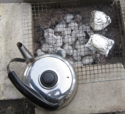 残り火でお湯を沸かす