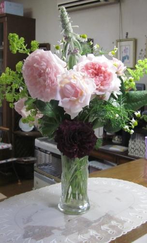 キッチンカウンターに飾る薔薇