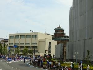 横浜税関前。
