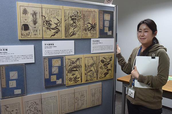 展示について説明する分館の専門員、岡本詩子さん