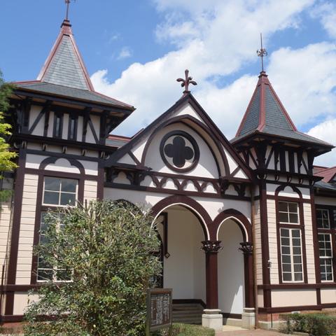 改修工事が完了した土浦一高旧本館(中央切妻屋根の頂点にアカンサスのフィニアル)