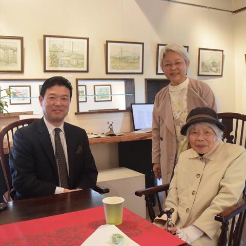 会場を訪れた市川さんの家族(つくば市ギャラリーながや門)