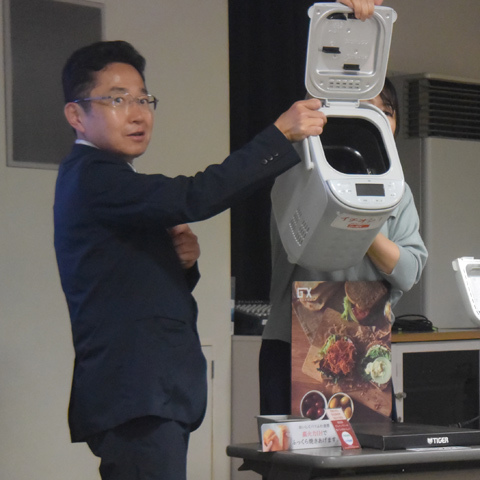 ホームベーカリーを紹介する矢野浩之さん(6月9日農と食の科学館)