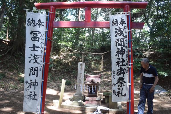 富士浅間神社奥宮を飾り付ける中島宮司