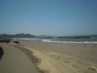 見えている海沿いを走って行く久比岐サイクリングロード180505