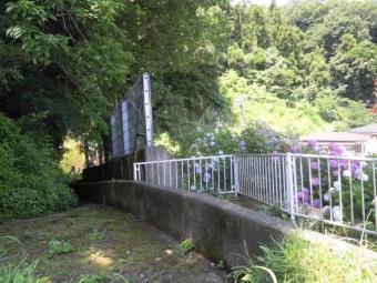 峠のトンネルの横180625