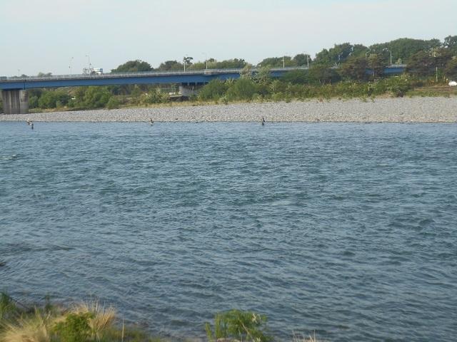 DSCN43000430大渡橋上流今朝の釣りの様子.jpg