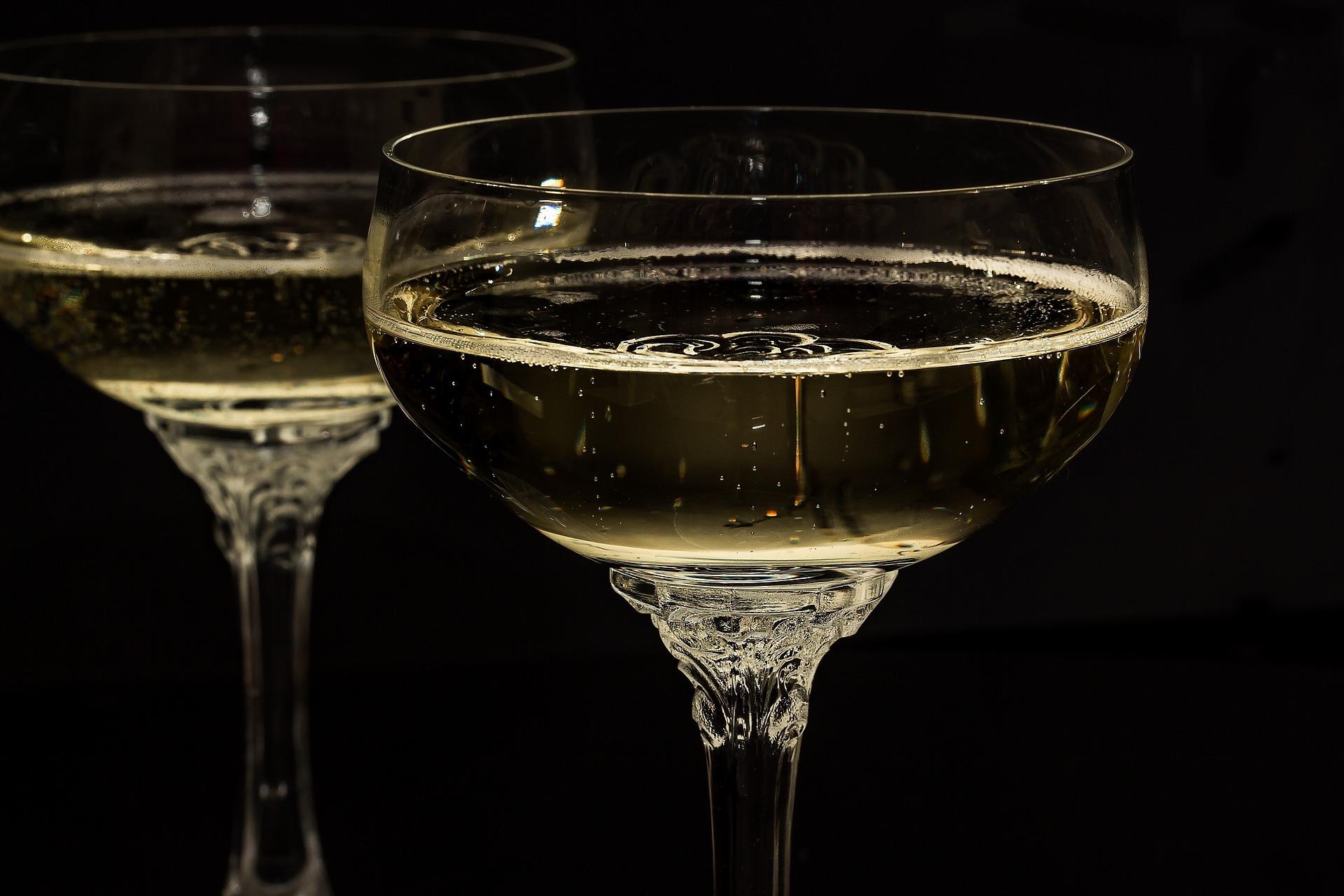 champagne-glasses-1940262_1920.jpg
