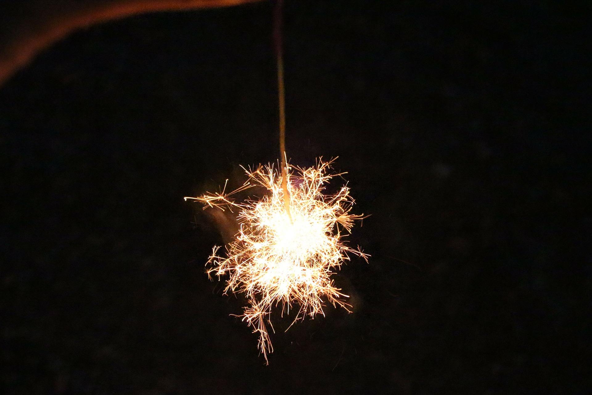 sparkler-183363_1920.jpg