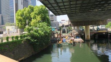 渋沢栄一像と常磐橋御門工事
