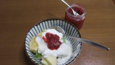 苺ジャムonヨーグルト