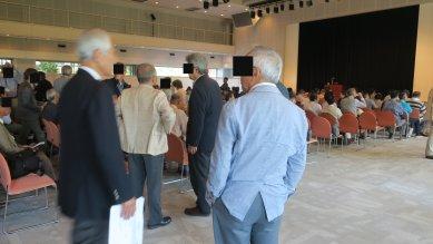 総会と講演会の間の会場の様子