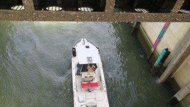 荒川ロックゲートが開き船が航行