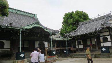 右・釈迦堂、左・本堂