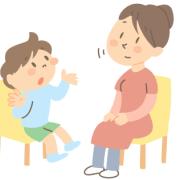 一生懸命お話している男の子と相づち打ちながら聞いているお母さん