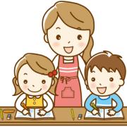 家庭学習をする子どもたちを見守るお母さん